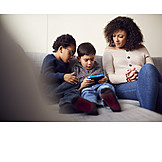 Mutter, Zuhause, Kinder, Computerspiel, Zuschauen